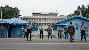 Amerikanska, sydkoreanska och nordkoreanska soldater bevakar varandra i stillestånds byn Panmunjom vid gränsen mellan Nord- och Sydkorea