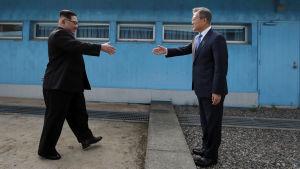 Nord- och Sydkoreas ledare träffas vid demarkationslinjen i Panmunjom.