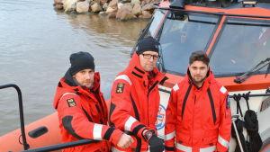Besättning ombord på sjöräddningsfarkost.