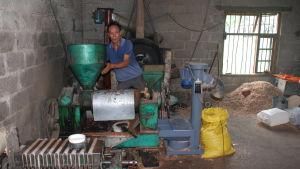 En man i svettig t-tröja omgiven av diverse maskiner.