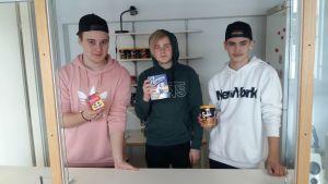 Abbe Nylund, Linus Viitala och Simon Kyrklund säljer mellanmål i Sarlinska skolans kiosk.