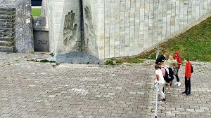 En grupp skolungdomar tittar på utsikten från minnesmärket i Maarjamäe över Tallinnbukten.