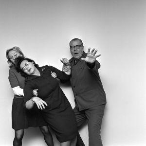 Kafkan Muodonmuutoksen perhettä esittävät näyttlijät Seela Sella, Terttu Soinvirta ja Kauko Kokkonen poseeraavat kauhistuneina.