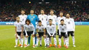 Egyptens landslag i fotboll uppställda för fotografering.