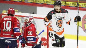 Henri Kanninen firar ett mål bredvid HIFK-spelare.