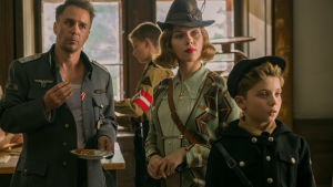 Jojo (Roman Griffin Davis) och hans mamma (Scarlett Johansson) träffar nazikaptenen Klenzendorf (Sam Rockwell).