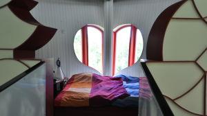Sovrum i Bladhuset där två fönster bildar formen av ett hjärta.