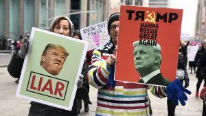 """Två demonstrationsplakat mot Trump: """"Lögnare"""" och """"Gör Ryssland stort igen"""""""