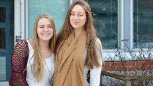 Ella Nyström och Daniela Kietz dansar gammeldans i Mattlidens skola.