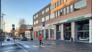 Korsningen Rådhusgatan-Storgatan vid torget i Jakobstad.