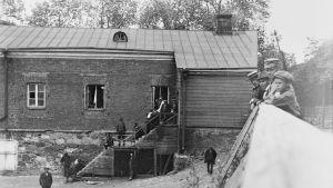 Unga pojkar tittar på fångar på Sveaborg 1918 på Vargön på Adlerfeldts gård.