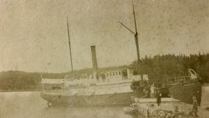 Ångbåten Nystad vid bryggan i Strömma i Kimito. 1900-talets början.