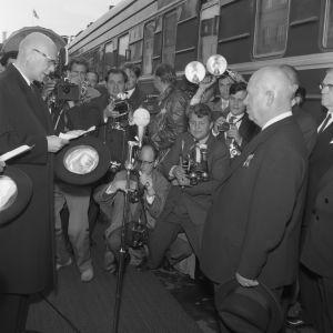 Presidentti Urho Kekkosen (vas.) 60-vuotisjuhlat. Neuvostoliiton pääministeri Nikita Hruštšov (oik.) vierailee Suomessa. Kuvassa vastaanottoseremoniat asemalaiturilla