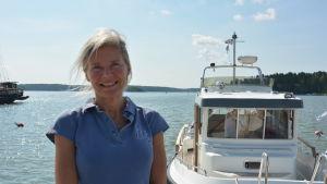 Kira Lindahl står vid havet.