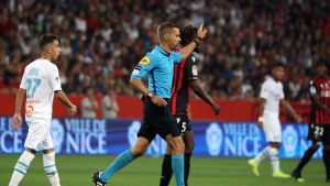 Domaren Clément Turpin bryter matchen mellan Nice och Marseille.