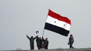 Syriska regeringsstyrkor har drivit ut terrorgruppen IS från Deir ez-Zor, den sista provinshuvudstaden som IS kontrollerade i Syrien och Irak
