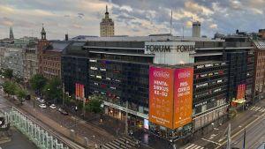 Forum köpcenter och HBL-torn i Mannerheimvägen-Simonsgatans hörn, sett från Sokoshotellets tak.