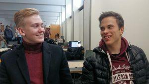 Alexander Gröning och Kristian Repo, två unga män i en kafeteria.