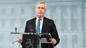 Statsminister Antti Rinne håller tal och tittar på publiken.
