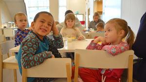 Barn vid matbordet.