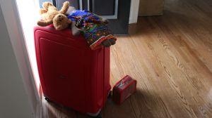 En packad kappsäck i tamburen