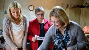 Tuija Peltomaa, Sari Glad och Tuija Peltomaa tittar på smycken