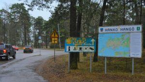 Korsningen Appelgrensvägen och Korsmansgatan i Hangö. Trafikmärken och Hangöinfo.