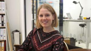 En porträttbild där Veronica Aspelin ler mot kameran.
