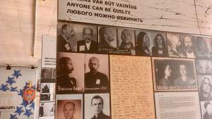 Plakat i den utställning som kommer att öppnas i KGBs gamla högkvarter i Riga där det står att vem som helst kan vara skyldig.