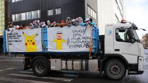 En lastbil full med abiturienter utklädda till djur på ett lastbilsflak på penkis i Åbo 2019.