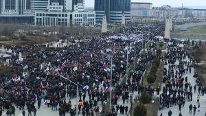 Aktivister demonstrerar den 22.1 i Groznyi, Tjetjenien för att visa sitt stöd till Putin.