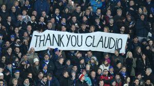 """Leicester-fansen håller upp ett lakan med texten """"Tack Claudio"""" under hemmamatchen mot Liverpool."""