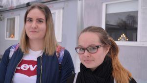 Eleverna Linda Hilli och Elin Isaksson vid Lovisa högstadium.