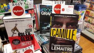 Ett bokbord med nya krimromaner i en bokaffär.