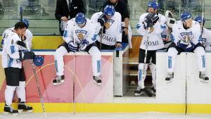 Teemu Selänne och andra besvikna Lejonspelare efter OS-finalen 2006.