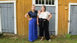Emelie Zilliacus och Josefin Fri poserar framför en vägg.