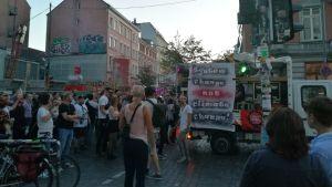 Väkijoukko osoittaa mieltä hiilivoimaa vastaa Hampurissa 13.10.2018