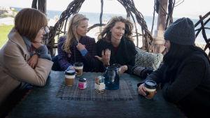 Celeste (Nicole Kidman), Madeline (Reese Witherspoon), Renata (Laura Dern) och Jane (Shailen Woodley) sitter ute och dricker kaffe.