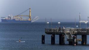 Ett ryskt fartyg läger ner gasledningar på havsbottnen i Östersjln norr om Tyskland.
