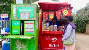 En kioksförsäljare och en kund i Nairobi