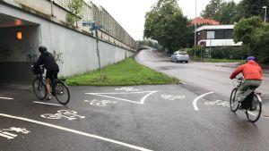 Två cyklister på cykelväg