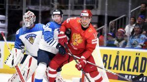 Kevin Lankinen och Sakari Manninen med Rysslands Artjom Anisimov i VM-semifinalen 2019.
