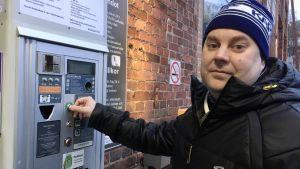 Joona Haarala vid parkeringsautomaten.