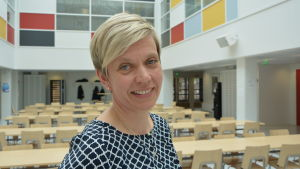 Inger Damlin, biträdande rektor på Borgaregatans skola i Vasa står i skolans matsal.