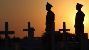 Cypriotiska soldater vid en begravningsplats för soldater som dödades av den invaderande turkiska militären 1974.