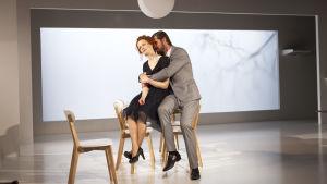 Vackert blir det när läkaren (Tommi Korpela) och hans hustru (Minna Haapkylä) kommer nära varandra.