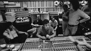 Bruce Springsteen (keskellä) miksauspöydän ääressä
