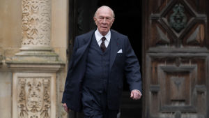 J. Paul Getty (Christopher Plummer) kommer gående ut genom en dörr.