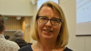 Monica Asplund i fullmäktigessalen.