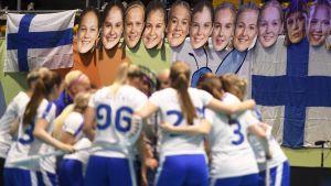 Finlands innebandydamer firar sin kvartsfinalseger över Slovakien.